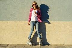Jugendlich vorbildliches Mädchen der Schönheit hat einen Schokoriegel Stockfotografie