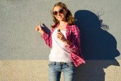 Jugendlich vorbildliches Mädchen der Schönheit zeigt sich Daumen Lizenzfreie Stockfotos