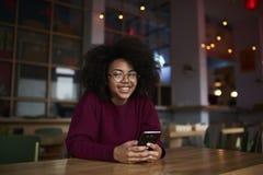 Jugendlich weiblicher Blogger, der Downloadingmultimedia des Internets 4G verwendet Lizenzfreie Stockfotos