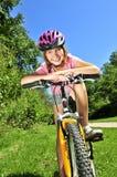 Jugendliche auf einem Fahrrad lizenzfreies stockfoto