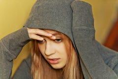 Jugendliche deprimierte Frau, die auf stairscase sitzt Stockbilder