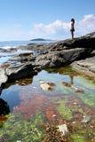 Jugendliche an der Küste Stockbilder