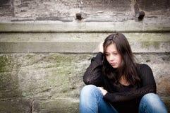 Jugendliche, die über Mühen durchdacht schaut Stockfotografie