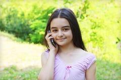 Jugendliche, die auf Handy spricht Lizenzfreies Stockfoto