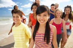 Jugendliche, die auf Strand gehen Lizenzfreie Stockfotografie
