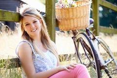 Jugendliche, die auf Zyklus-Fahrt in der Landschaft sich entspannt Stockfotografie