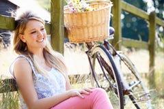 Jugendliche, die auf Zyklus-Fahrt in der Landschaft sich entspannt Lizenzfreie Stockfotos