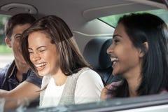 Jugendliche, die in Auto reiten lizenzfreies stockbild