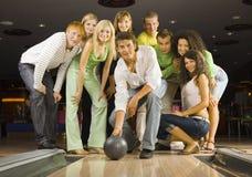 Jugendliche, die Bowlingspiel spielen Lizenzfreies Stockbild