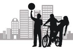 Jugendliche, die in der Straße spielen Lizenzfreie Stockbilder