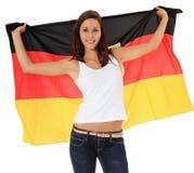 Jugendliche, die deutsche Markierungsfahne wellenartig bewegt Stockfoto