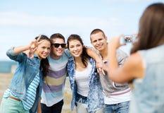 Jugendliche, die draußen Foto machen Stockbilder