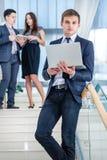 Jugendliche, die draußen Mobiltelefon verwendet Junger und erfolgreicher Geschäftsmann Lizenzfreie Stockbilder