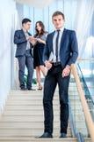 Jugendliche, die draußen Mobiltelefon verwendet Junger und erfolgreicher Geschäftsmann Lizenzfreie Stockfotos