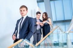 Jugendliche, die draußen Mobiltelefon verwendet Junger und erfolgreicher Geschäftsmann Stockfoto