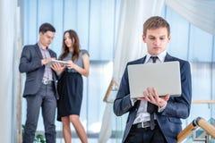 Jugendliche, die draußen Mobiltelefon verwendet Junger und erfolgreicher Geschäftsmann Lizenzfreie Stockfotografie