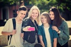 Jugendliche, die draußen selfie tun Stockfotos