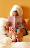 Jugendliche, die ein Buch liest Stockbilder