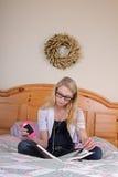 Jugendliche, die ein Buch liest Stockbild