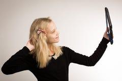 Jugendliche, die ein Selfie auf ihrem Tablet nimmt Stockbild