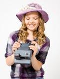 Jugendliche, die eine polaroidkamera hält Stockfotos