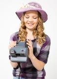 Jugendliche, die eine polaroidkamera hält Stockbild
