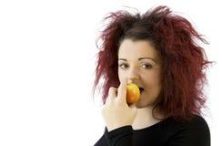 Jugendliche, die einen Apfel isst stockfotografie