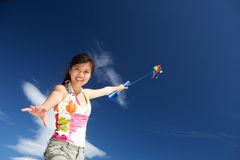 Jugendliche, die einen Drachen fliegt Stockfotografie