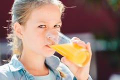 Jugendliche, die frischen Orangensaft trinkt Gesunder Lebensstil, Pflanzenkost und Mahlzeit Getr?nk-Saft Gesundheitswesen und Sch stockbilder
