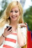 Jugendliche, die Handy betrachtet Stockfotografie