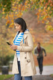 Jugendliche, die Handy herstellt zu benennen Lizenzfreie Stockfotos