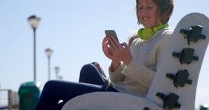 Jugendliche, die Handy am Strand 4k verwendet stock video footage