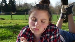Jugendliche, die Hausarbeit im Garten, liegend im Gras tut stock video footage