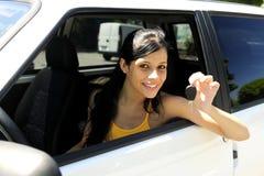 Jugendliche, die ihr neues Auto antreibt Lizenzfreies Stockbild