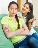 Jugendliche, die ihre Freundin tröstet Lizenzfreies Stockfoto