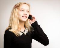 Jugendliche, die an ihrem Telefon spricht Stockfotografie