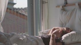 Jugendliche, die im Bett schläft stock video