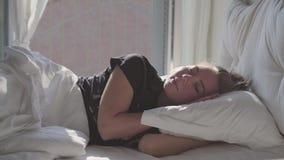 Jugendliche, die im Bett schläft stock video footage