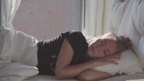 Jugendliche, die im Bett schläft stock footage