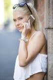 Jugendliche, die im Telefon spricht Stockbild