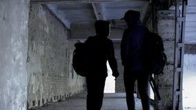 Jugendliche, die Klassen in verlassenem Haus, Mangel an Extrem im Leben, gehend überspringen lizenzfreie stockbilder