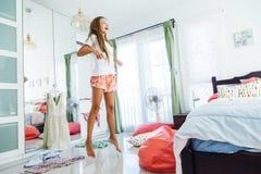 Jugendliche, die Kleidung im Wandschrank wählt stockbilder