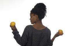 Jugendliche, die mit Orangen spielt Stockfotos