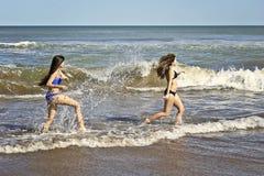 Jugendliche, die mit Wasser spielen Stockbild