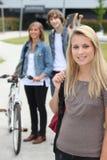 Jugendliche, die nach Hause gehen lizenzfreies stockbild