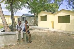 Jugendliche, die neue Häuser, Dominikanische Republik betrachten stockbild