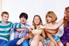 Jugendliche, die Popcorn essen Stockfoto