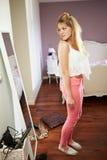 Jugendliche, die Reflexion im Schlafzimmer-Spiegel betrachtet Lizenzfreies Stockfoto
