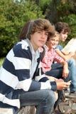 Jugendliche, die in Schuleyard warten Stockfotos