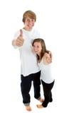 Jugendliche, die sich Daumen zeigen Stockfoto